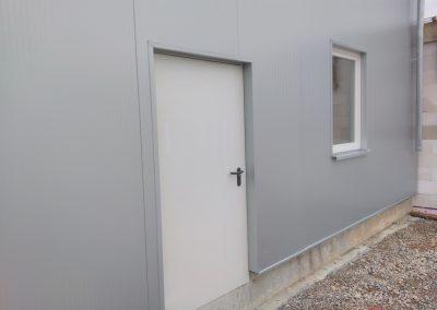 Tür und Fenster mit Blecheinfassungen